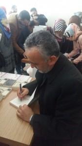 Konferans sonrası öğretmenlerin yoğun ilgisi ile karşılaşan Muhammet Yılmaz kitaplarını da imzaladı.